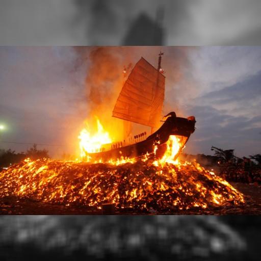 「王船祭」のクライマックス、炎に包まれる王船